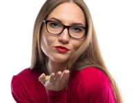 kissing, etiquette, business etiquette, etiquette expert, book, conference, speaker, Julie Blais Comeau, conférence, étiquette, étiquette professionnelle, étiquette des affaires, livre